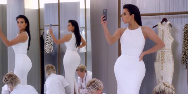 Kim Kardashian se moque de son addiction aux selfies