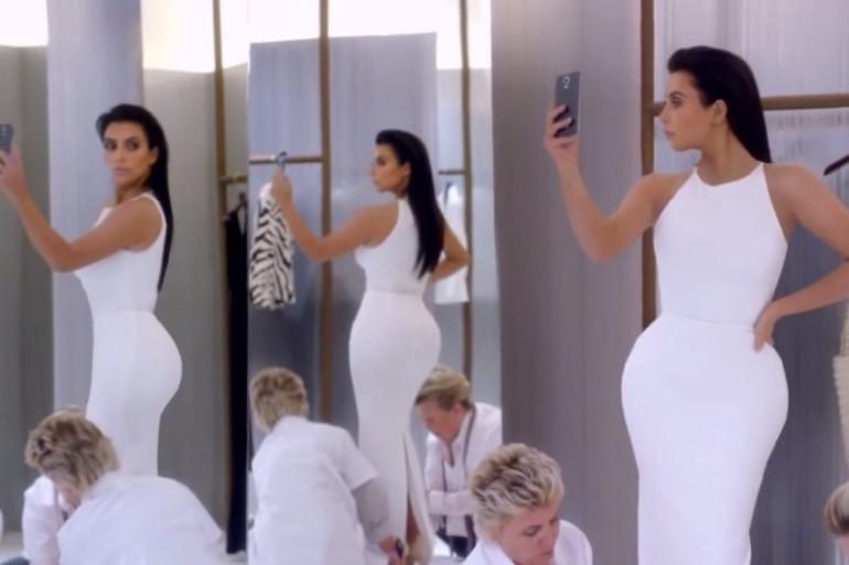 Kim Kardashian qui prend un selfie