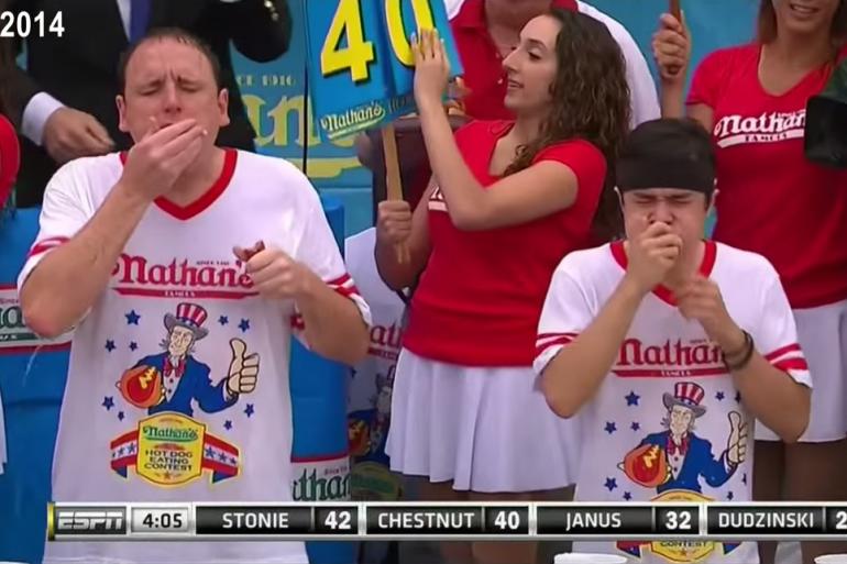 Joey Chestnut contre Matt Stonie au concours du plus gros mangeur de hot dogs de Coney Island en 2014