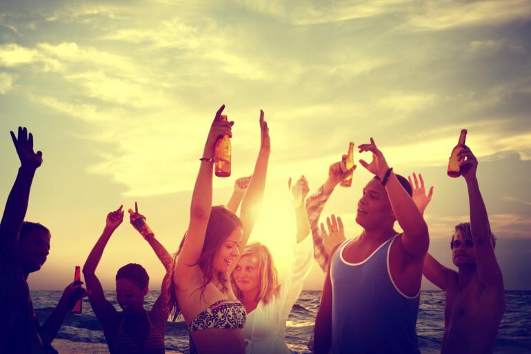 Des jeunes font la fête sur la plage (illustration)