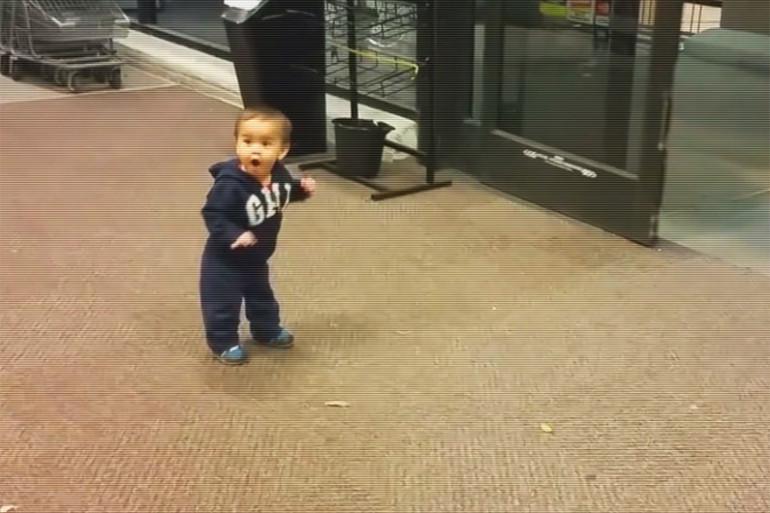 Ce bébé est fasciné par l'ouverture automatique des portes