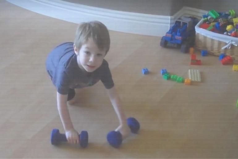 Un petit garçon fait de la musculation comme un grand sportif