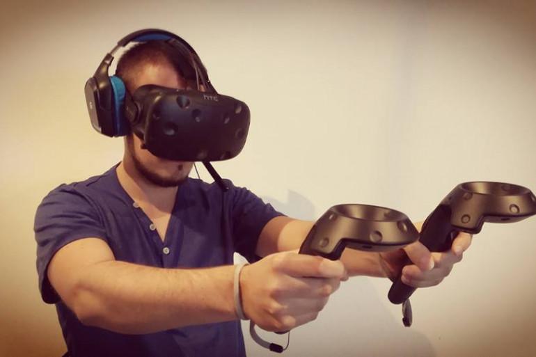 Un joueur avec son casque de réalité virtuelle
