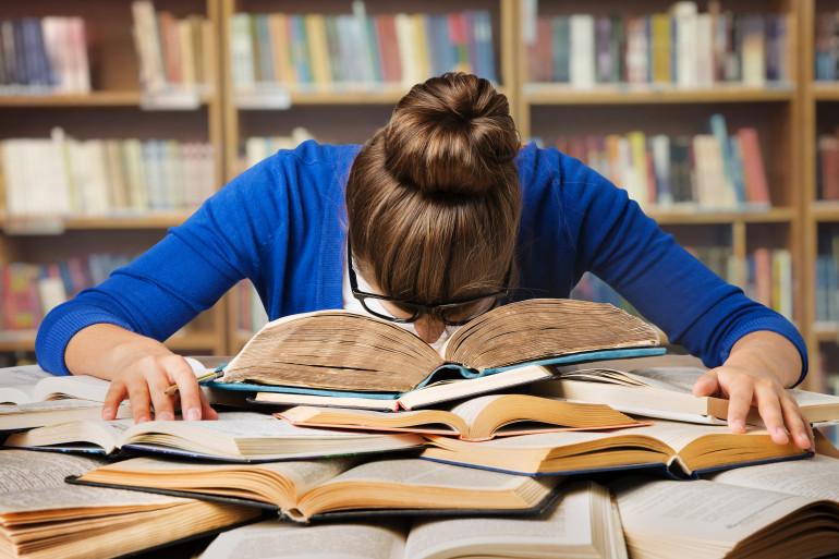 Une étudiante fatiguée dans la bibliothèque
