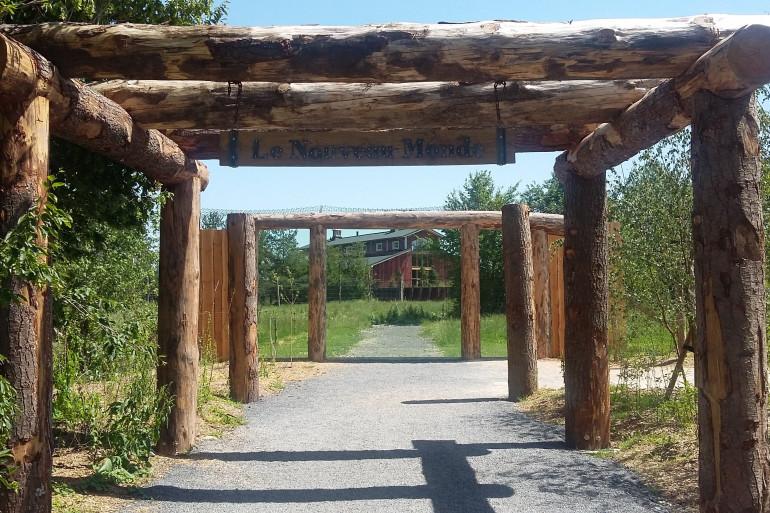 L'entrée du Nouveau Monde au parc animalier de Sainte-Croix