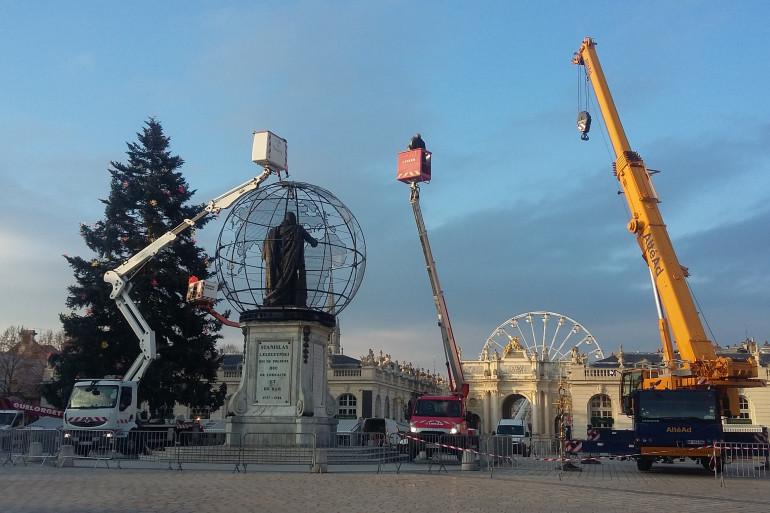 Le sapin de Noël sera installé grâce à des grues à partir de 10h - photos d'archives