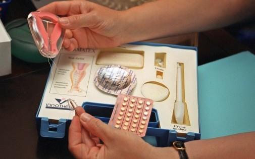 Photo prise le 14 juillet 2001 dans un cabinet médical à Arcueil présentant une malette contenant différents contraceptifs féminins, parmi lesquels un stérilet (à gauche).
