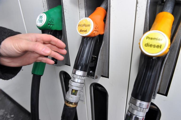 Un automobiliste s'apprête à faire le plein de carburant de son véhicule le 30 décembre 2010 à Lille
