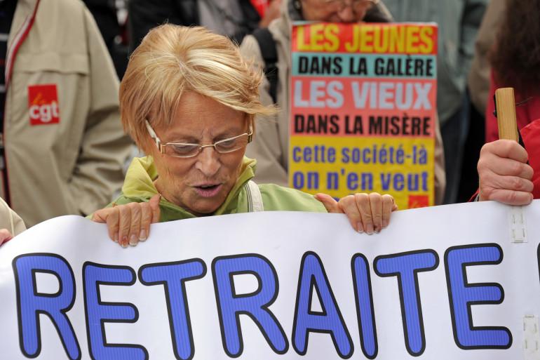 Des personnes défilent le 6 octobre 2011 à Lille à l'appel des cinq organisations syndicales de retraités