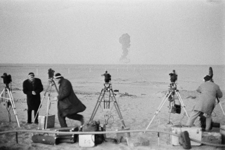 Photo prise le 27 décembre 1960 près de Reggane dans le sud algérien, pendant la 3è explosion de la bombe A française dans le cadre des essais nucléaires aériens.C'est à Reggane que fut expérimentée la 1ère bombe atomique française le  le 13 février 1960.