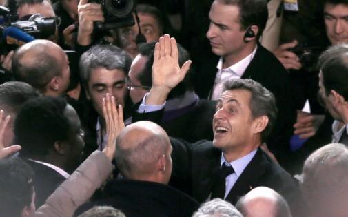Nicolas Sarkozy en plein bain de foule, à son arrivée au meeting de soutien à Nathalie Kosciusko-Morizet, le 10 février 2014 à Paris