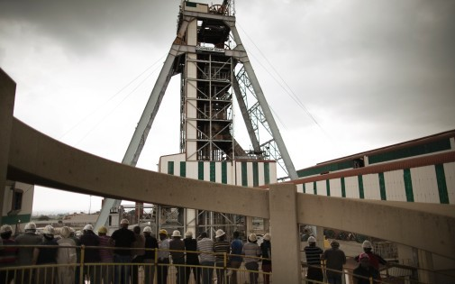 Des mineurs sud-africains pleurent leurs collègues morts dans un accident dans la mine Harmony Gold de Doornkop, le 6 février 2014 (illustration).