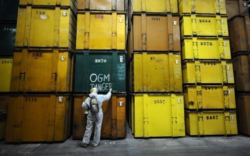 Des activistes anti-OGM dans une usine Monsanto à Trèbes le 17 janvier 2014. Le Sénat vient de rejeter une proposition de loi interdisant la culture des OGM.