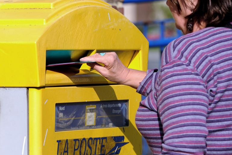 La Poste : une boîte aux lettres.