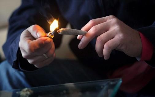 Un homme allume une cigarette avec du cannabis (illustration).