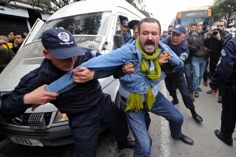 La police algérienne interpelle un manifestant opposé à la candidature d'Abdelaziz Bouteflika, ce samedi 1er mars à Alger.
