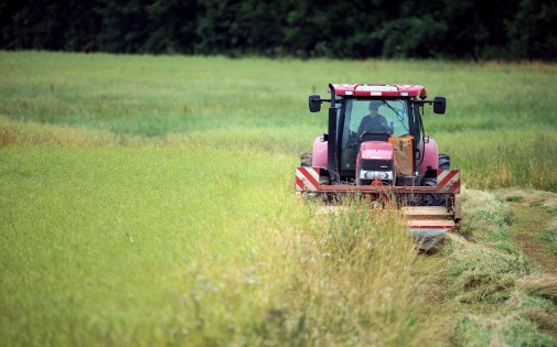 Un tracteur dans un champ en France (illustration)