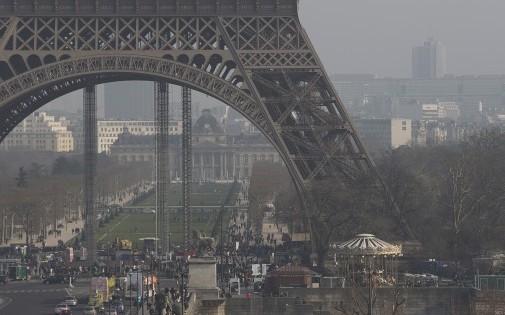 La pollution visible aux pieds de la tour Eiffel, le 11 mars à Paris