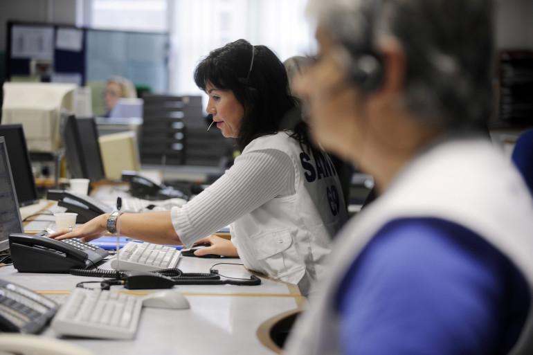 Des personnes travaillent au Centre de réception et de régulation des appels (CRRA) du 15, à Lyon.