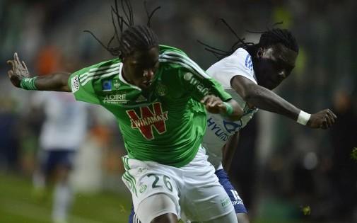 Le Stéphanois Bayal Sall et le Lyonnais Bafetimbi Gomis à la lutte lors du derby à Geoffroy-Guichard, le 7 novembre 2013