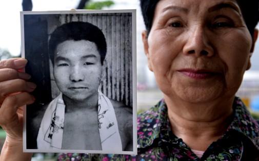 La soeur d'Iwao Hakamada montre une photo de l'ancien boxeur professionnel.