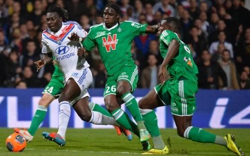 Bayal Sall face à Bafétimbi Gomis lors du derby entre Lyon et Saint-Etienne