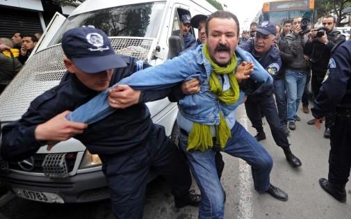 La police algérienne interpelle un manifestant opposé à la candidature d'Abdelaziz Bouteflika, le 1er mars à Alger (archives).