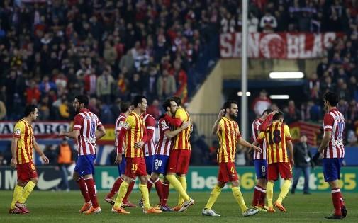 Les joueurs du Barça et de l'Atletico Madrid se saluent avant leur rencontre de championnat, le 11 janvier 2014