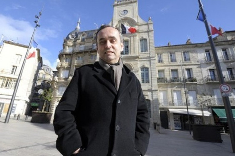 Robert Ménard devant la mairie de Béziers