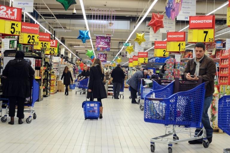 Des clients d'un supermarché toulousain, le 28 novembre 2013