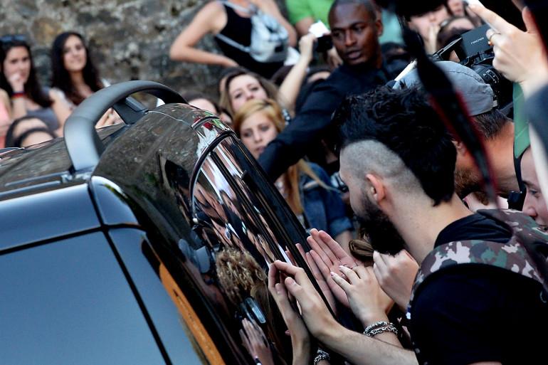 Les fans ont pris d'assaut le cortège nuptial de Kim Kardashian et Kanye West en Italie, le 24 mai 2014.