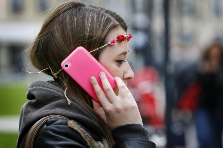 Une jeune femme téléphone dans une rue de Bordeaux, en mai 2013.