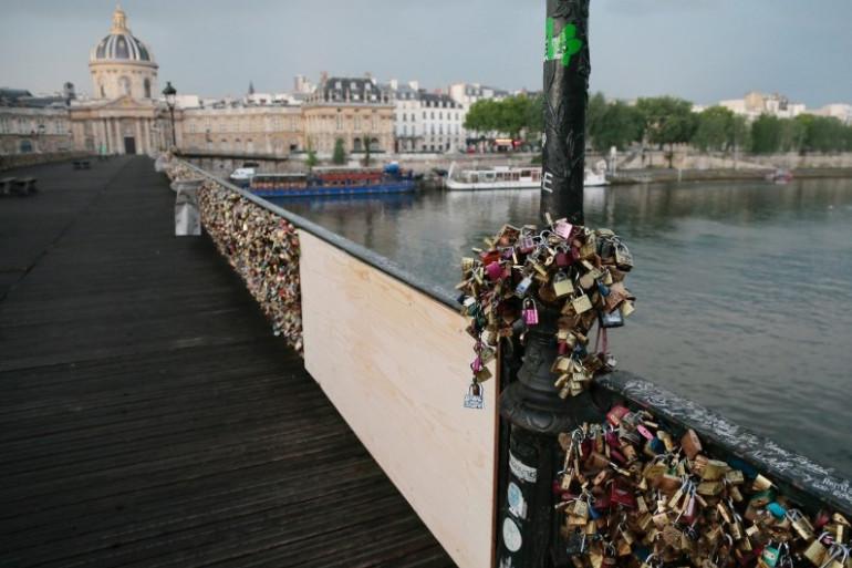 """Une partie du grillage du pont des Arts à Paris a cédé dimanche 8 juin sous le poids des """"cadenas d'amour"""""""