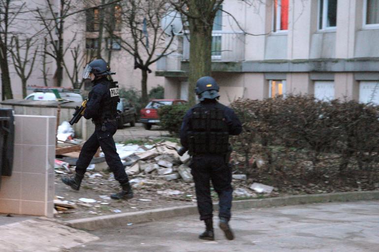 Des membres des forces de l'ordre patrouillent dans la cité des poètes à Pierrefitte en 2009 pour lutter contre le trafic de drogue (Archives)