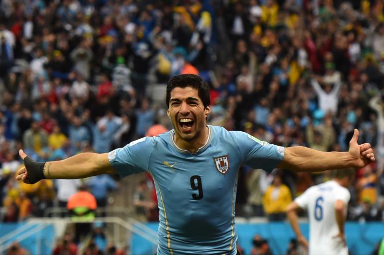 Luis Suarez célèbre un de ses deux buts face à l'Angleterre, le 19 juin 2014