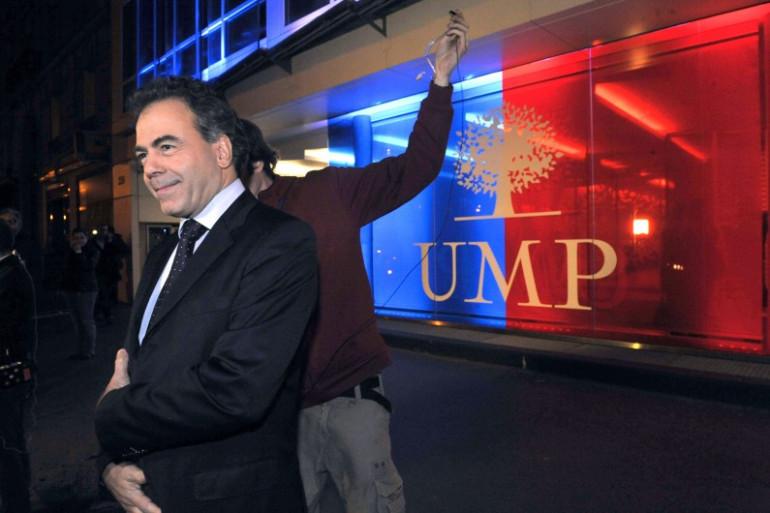 Luc Chatel devant le siège de l'UMP à Paris en novembre 2012 (archive).