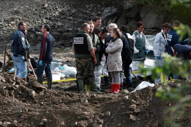 Des enquêteurs réalisent des fouilles près de Pau le 20 octobre 2011, après la disparition d'Alexandre Junca.