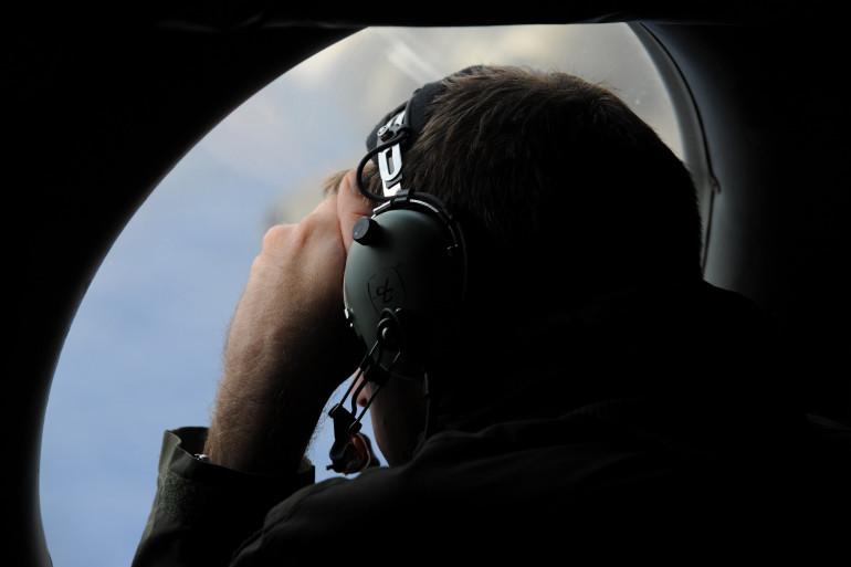 Un membre de la force aérienne royale néo-zélandaise durant les recherches du vol MH370 le 13 avril 2014