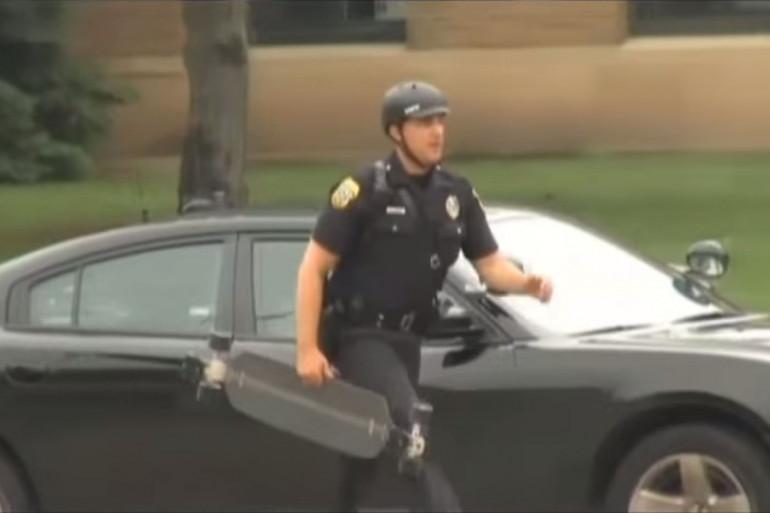 Joel Zwicky, officier de police à Green Bay dans le Wisconsin fait ses patrouilles juché sur une planche de skateboard