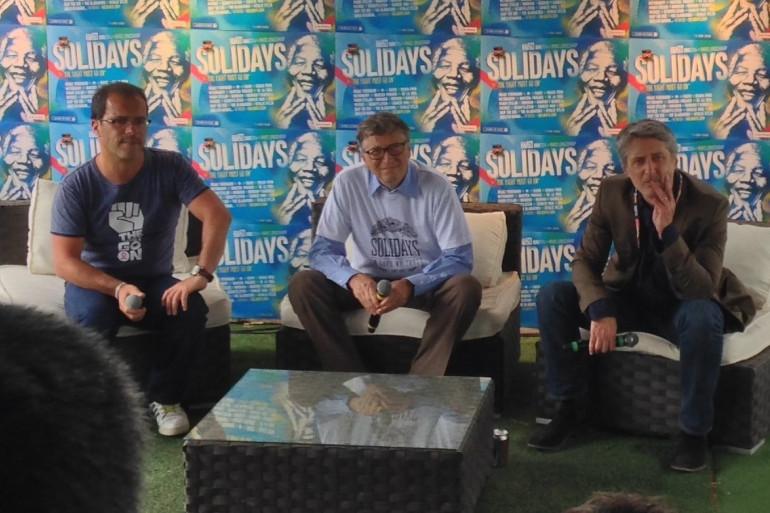 De gauche à droite, Luc Barruet, directeur-Fondateur de Solidarité Sida, Bill Gates de la Fondation Bill et Melinda Gates et Antoine de Caunes, président d'honneur de Solidays depuis 1993