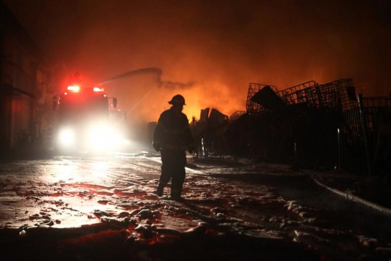 Les pompiers israéliens tentent d'éteindre l'incendie d'une usine provoqué par le tir d'une roquette en provenance de Gaza le 28 juin 2014.