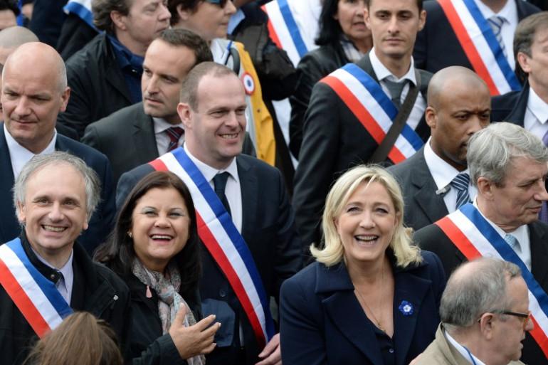 Marine Le Pen entourée de plusieurs maires frontistes lors de la traditionnelle manifestation du 1er mai, en 2014 à Paris (image d'illustration).