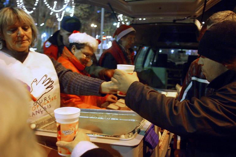 Des membres du Secours Populaire distribuent une soupe, le 21 décembre 2005 à Nice (illustration).
