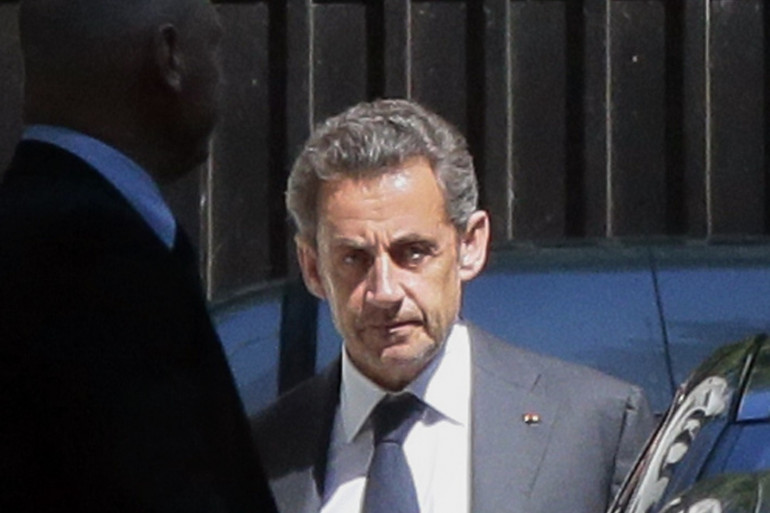 Nicolas Sarkozy quittant son domicile parisien mercredi 2 juillet 2014