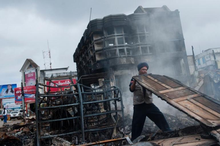 Un pompier sur un marché incendié après une émeute, à Lashio, en Birmanie, le 30 mai 2013.