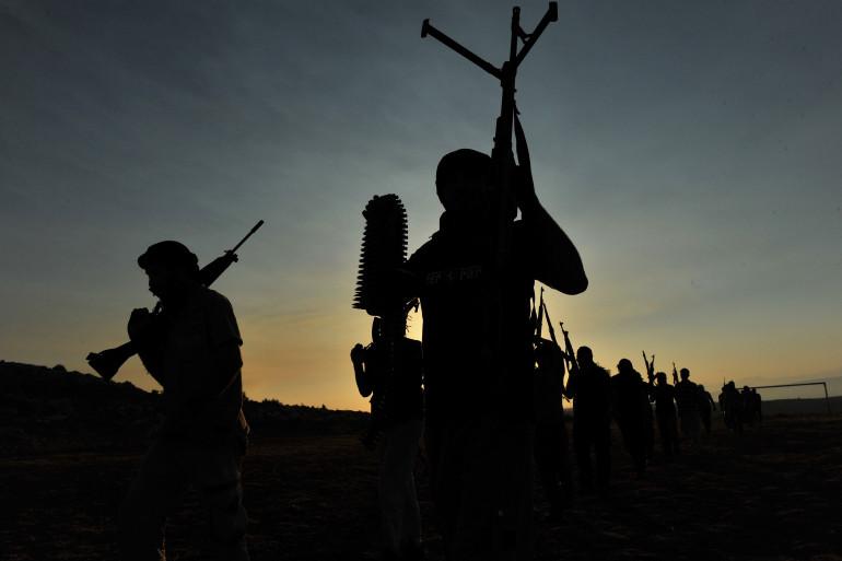 Les membres d'un groupe djihadiste, en Syrie, près d'Alep, le 19 juillet 2012.