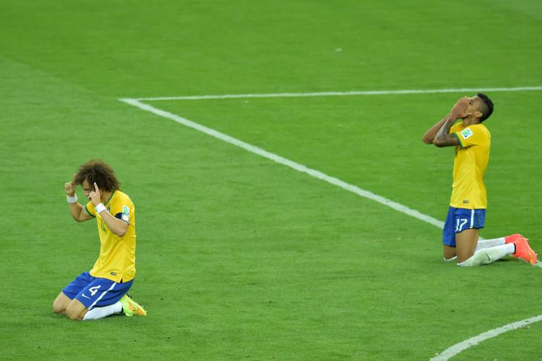 Sitôt le coup de sifflet final donné, plusieurs Brésiliens, ici David Luiz et Luiz Gustavo, se sont agenouillés sur la pelouse pour prier