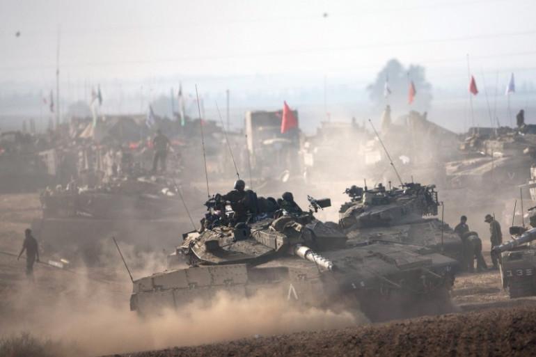 Des blindés israéliens à la frontière de Gaza, le 12 juillet 2014.