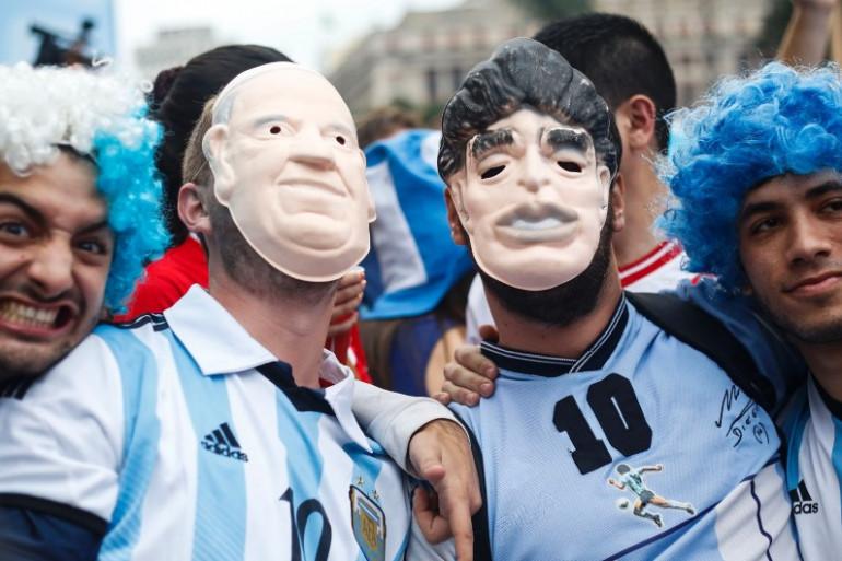 Deux supporters argentins avant la demi-finale de leur équipe contre les Pays-Bas à Sao Paulo le 9 juillet 2014.