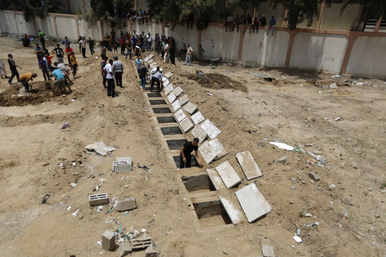 Gaza : les corps de 18 victimes civiles d'un bombardement vont être enterrés dans des trous, faute de pouvoir se rendre au cimetière